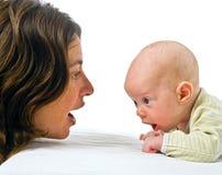Bambino sullo stomaco e sulla madre Fotografia Stock Libera da Diritti