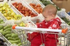 Bambino in supermercato Fotografie Stock Libere da Diritti