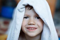 Bambino sveglio asciutto con l'asciugamano Fotografie Stock Libere da Diritti