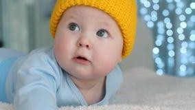 Bambino sveglio in cappello giallo stock footage