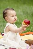Bambino sveglio che dà una mela Fotografia Stock