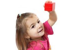 Bambino sveglio che gioca con i cubi Fotografia Stock Libera da Diritti