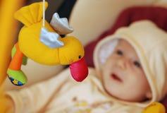 Bambino sveglio che gioca con i giocattoli fotografia stock libera da diritti