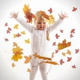 Bambino sveglio che gioca le foglie di autunno del Th Fotografia Stock Libera da Diritti