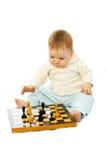 Bambino sveglio che gioca scacchi Fotografia Stock Libera da Diritti