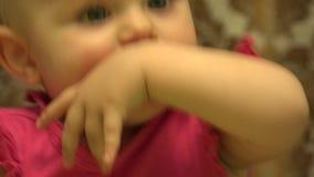 Bambino sveglio che mastica un dito, primi denti 4K UltraHD, UHD video d archivio
