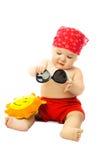 Bambino sveglio che mette sugli occhiali da sole Fotografia Stock