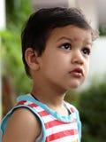 Bambino sveglio che osserva in su Fotografia Stock Libera da Diritti