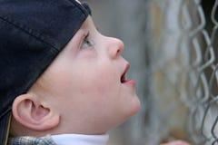 Bambino sveglio che osserva in su nel timore Fotografia Stock