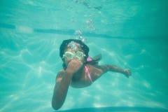 Bambino sveglio che posa underwater nello stagno Fotografia Stock