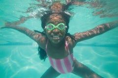 Bambino sveglio che posa underwater nello stagno Immagine Stock