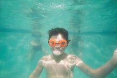 Bambino sveglio che posa underwater nello stagno Fotografie Stock Libere da Diritti