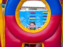 Bambino sveglio che raggiunge fuori sul trampolino fotografia stock