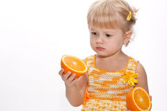 Bambino sveglio con due aranci in sua mano Fotografia Stock