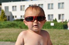 Bambino sveglio con gli occhiali da sole Fotografia Stock