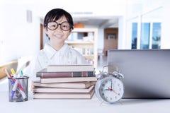 Bambino sveglio con i libri ed il taccuino di scienza Fotografia Stock Libera da Diritti