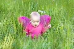 Bambino sveglio con le ali rosa Immagini Stock Libere da Diritti