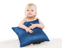Bambino sveglio con un cuscino Immagine Stock