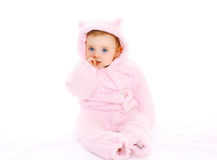 Bambino sveglio del ritratto in accappatoio rosa su bianco fotografie stock libere da diritti