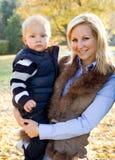 Bambino sveglio e mamma graziosa all'aperto alla caduta. Fotografia Stock Libera da Diritti