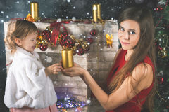 Bambino sveglio e mummia che decorano un albero di Natale Sfere rosse Fotografie Stock Libere da Diritti