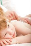 Bambino sveglio e un medico immagini stock
