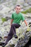 Bambino sveglio esterno in montagne Fotografia Stock