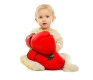 Bambino sveglio nei guanti di inscatolamento che si siedono sul pavimento Immagine Stock Libera da Diritti
