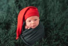 Bambino sveglio nel sonno rosso del cappello di Santa fotografie stock libere da diritti