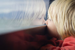 Bambino sveglio in profondità nel pensiero Fotografie Stock