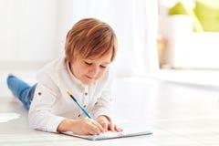 Bambino sveglio, ragazzo che fa le note in diario al giorno soleggiato Fotografia Stock Libera da Diritti