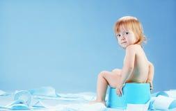 Bambino sveglio su chait banale Fotografia Stock Libera da Diritti