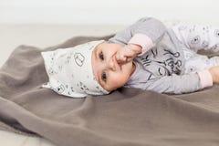 Bambino sveglio su priorità bassa bianca Chiuda sul colpo capo di una neonata caucasica, sei mesi del bambino in vestiti di un gr Fotografia Stock