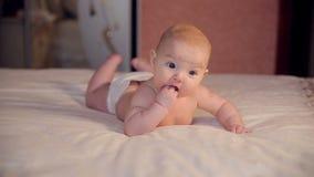 Bambino sveglio su un Male stock footage