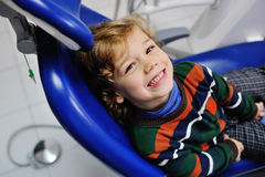 Bambino sveglio in un maglione a strisce al ricevimento al dentista Immagine Stock Libera da Diritti