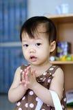 Bambino tailandese in vestito marrone che sta con le mani afferrate Immagini Stock Libere da Diritti