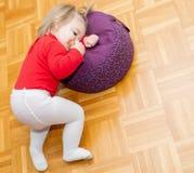 Bambino testa consumo Pane Pavimento immagini stock libere da diritti