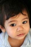 Bambino timido che osserva in su Fotografia Stock