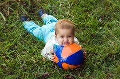 Bambino timido con la sfera Fotografia Stock
