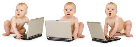 Bambino tre in pannolini con i computer portatili su bianco Fotografie Stock Libere da Diritti