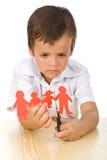 Bambino triste che taglia la famiglia di carta della gente immagine stock libera da diritti