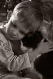 Bambino triste con il gatto immagine stock