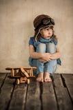 Bambino triste con l'aeroplano di legno del giocattolo immagini stock libere da diritti