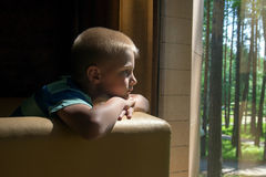 Bambino triste di ribaltamento Immagine Stock Libera da Diritti