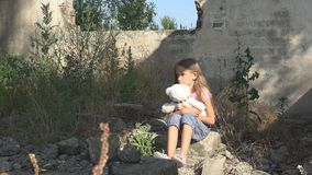 Bambino triste infelice, bambino abbandonato in Camera demolita, bambini senza tetto della ragazza fotografie stock libere da diritti