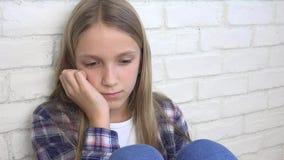 Bambino triste, bambino infelice, ragazza malata malata nella depressione, persona premurosa sollecitata stock footage