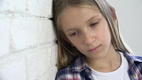 Bambino triste malato, bambino infelice sollecitato, ragazza malata nella depressione, persona abusata video d archivio