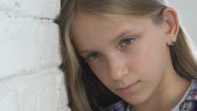 Bambino triste malato, bambino infelice sollecitato, ragazza malata nella depressione, persona abusata archivi video