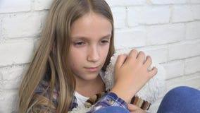 Bambino triste malato, bambino infelice sollecitato, ragazza malata nella depressione, persona abusata stock footage