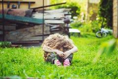Bambino triste sopra all'aperto Fotografie Stock